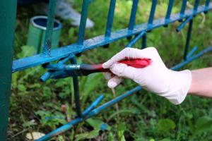 Gartenzäune aus Metall - sprühen oder besser streichen?